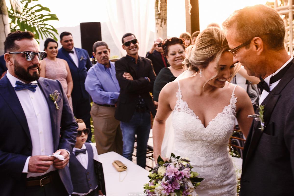emoçao de pai e filha em casamento, pai entregando a filha para o noivo mansao da ilha