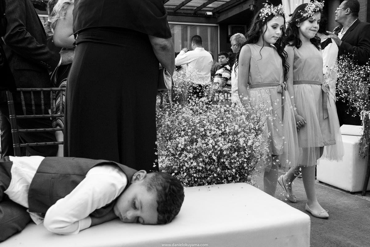 pajem dormindo em cerimonia de casamento em santos fotografia de casamento em santos mansão da ilhanoivo se emociona ao receber aliança da avó em casamento em santos