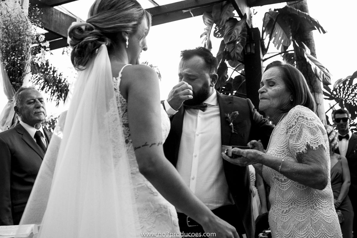 noivo se emociona ao receber aliança da avó em casamento em santos fotografoia de casamento em santos mansão da ilha