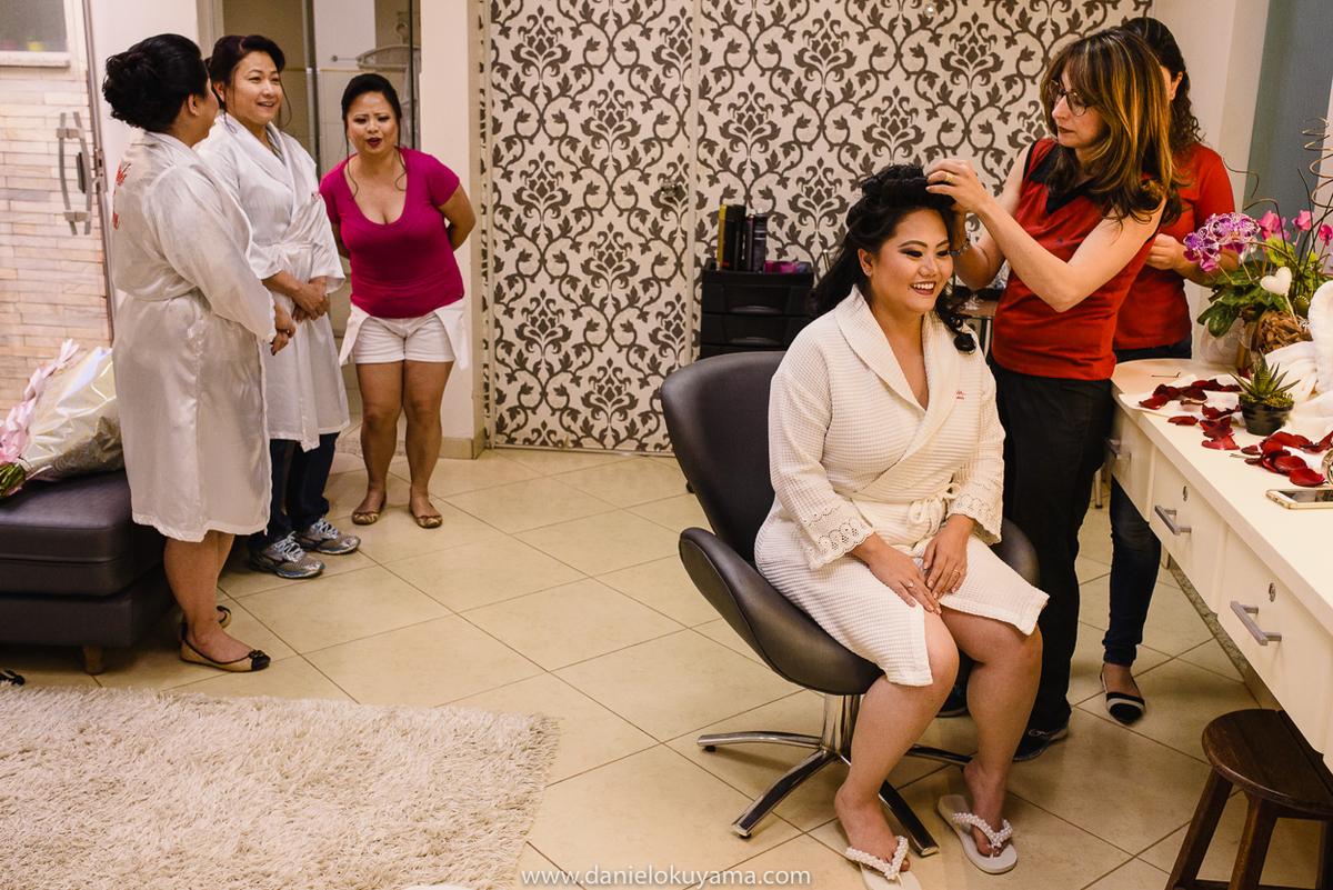 noiva se arrumando no salao de beleza em São Gotardo -MG