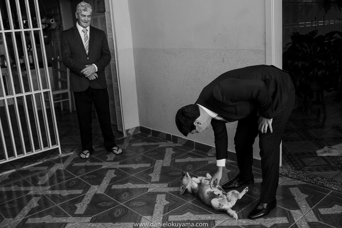 Noivo brincando com cachorro em São Gotardo - MG
