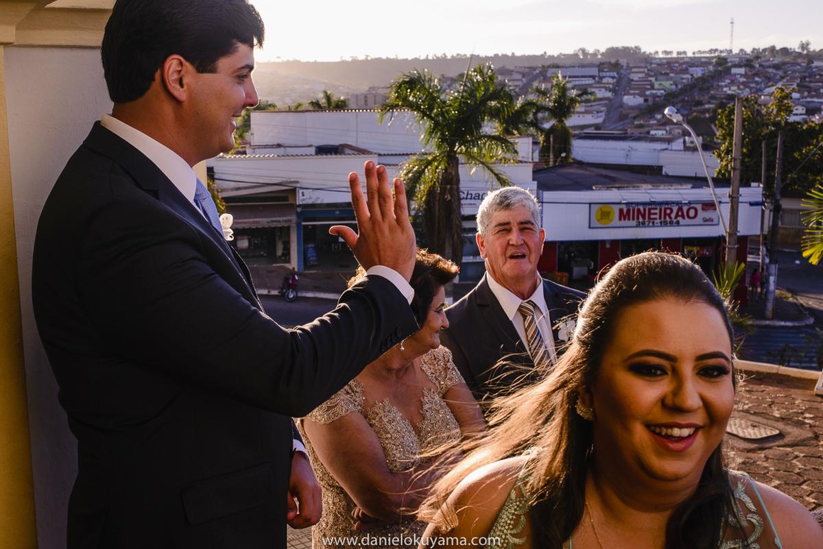 Noivo dando tchau na porta da igreja em São Gotardo - MG