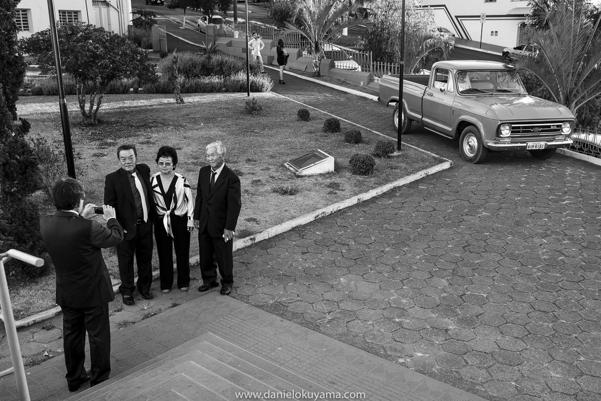 Retrato na frente da igreja no dia do casamento em São Gotardo. Noiva dentro da camionete chevrolet