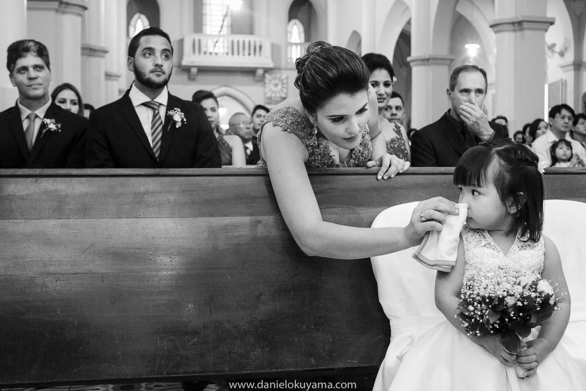 Mae limpando nariz da daminha de casamento em São Gotardo - MG
