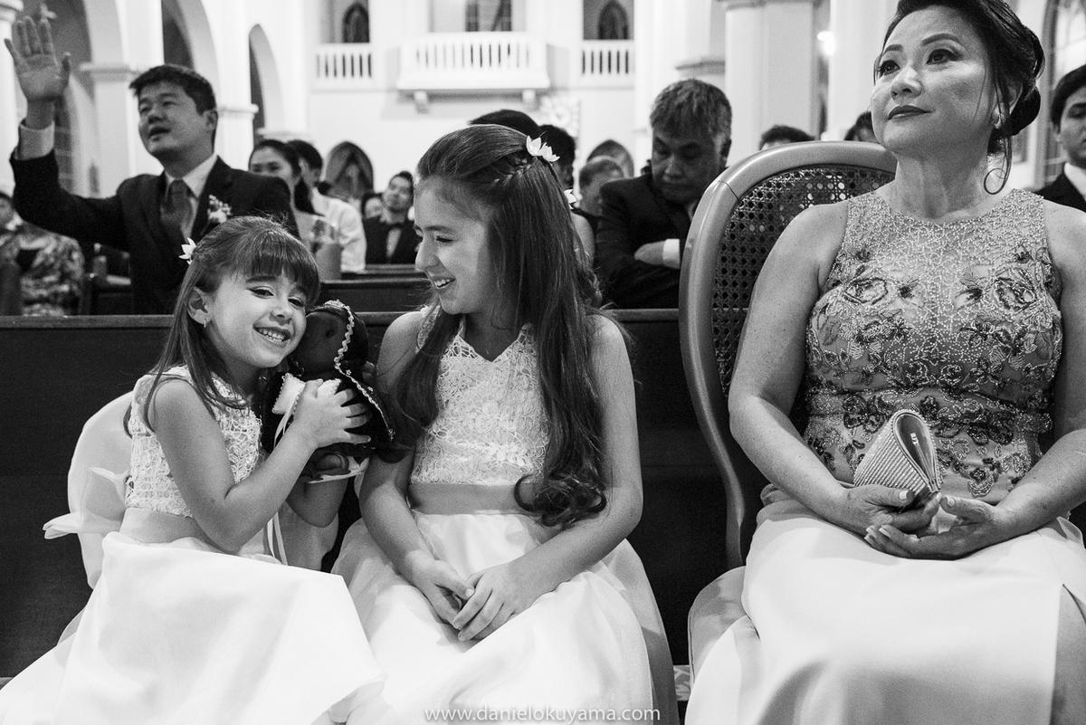 daminhas brincando na igreja em dia de casamento em São Gotardo - MG