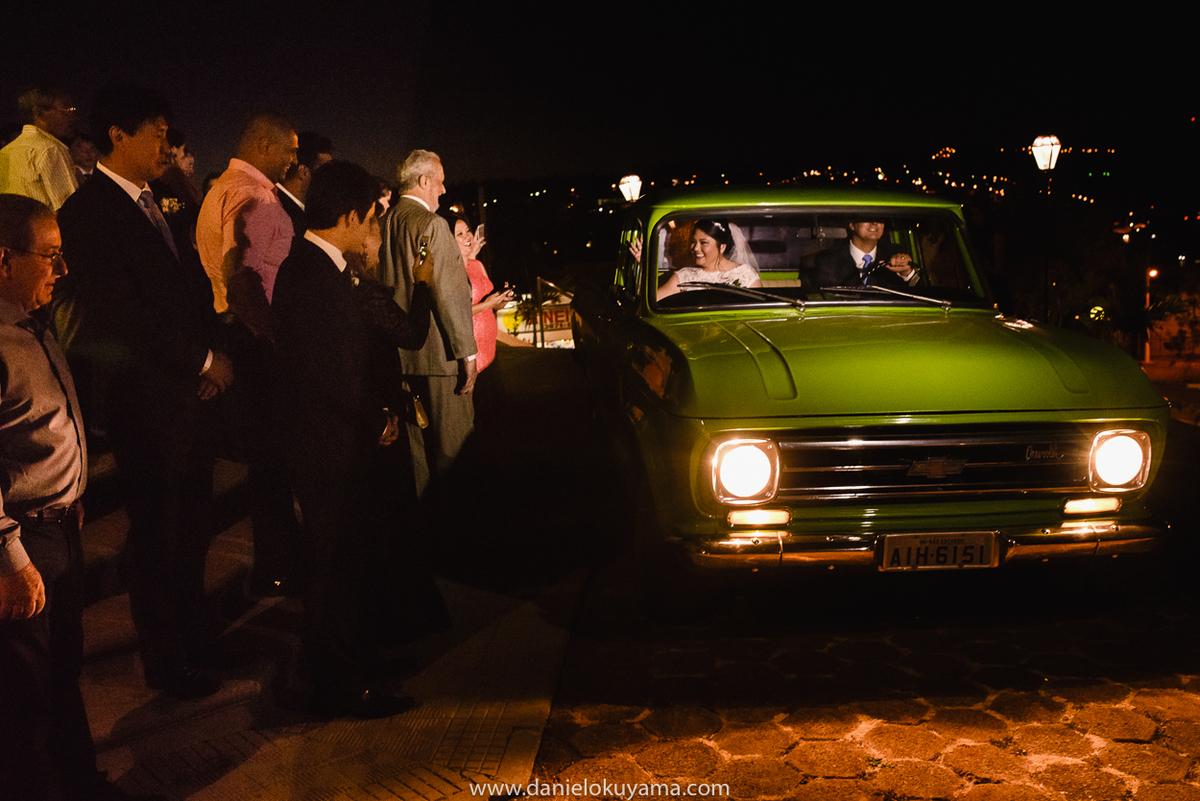 Noivos saindo da igreja em camionete C10 chevrolet em  São Gotardo - MG
