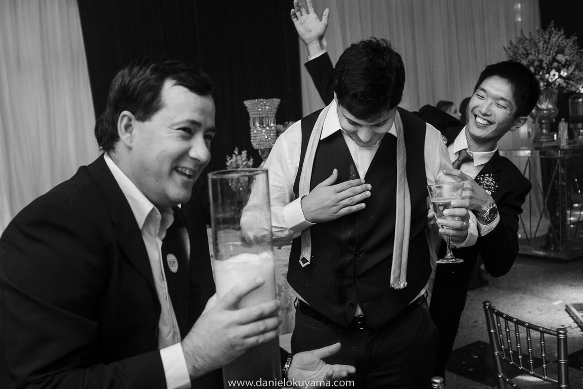 Amigos festejando o casamento com o noivo em São Gotardo - MG, festa na Abcesg