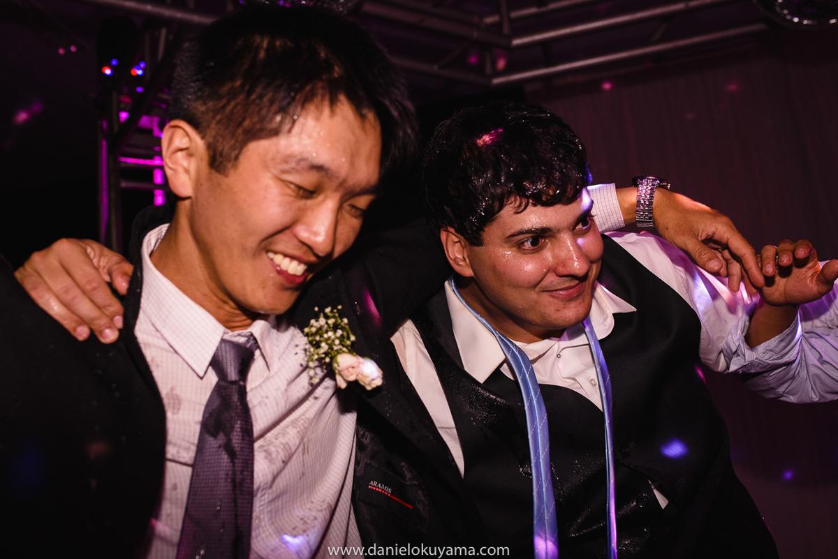 Noivo e amigos abraçados na festa de casamento em São Gotardo - MG
