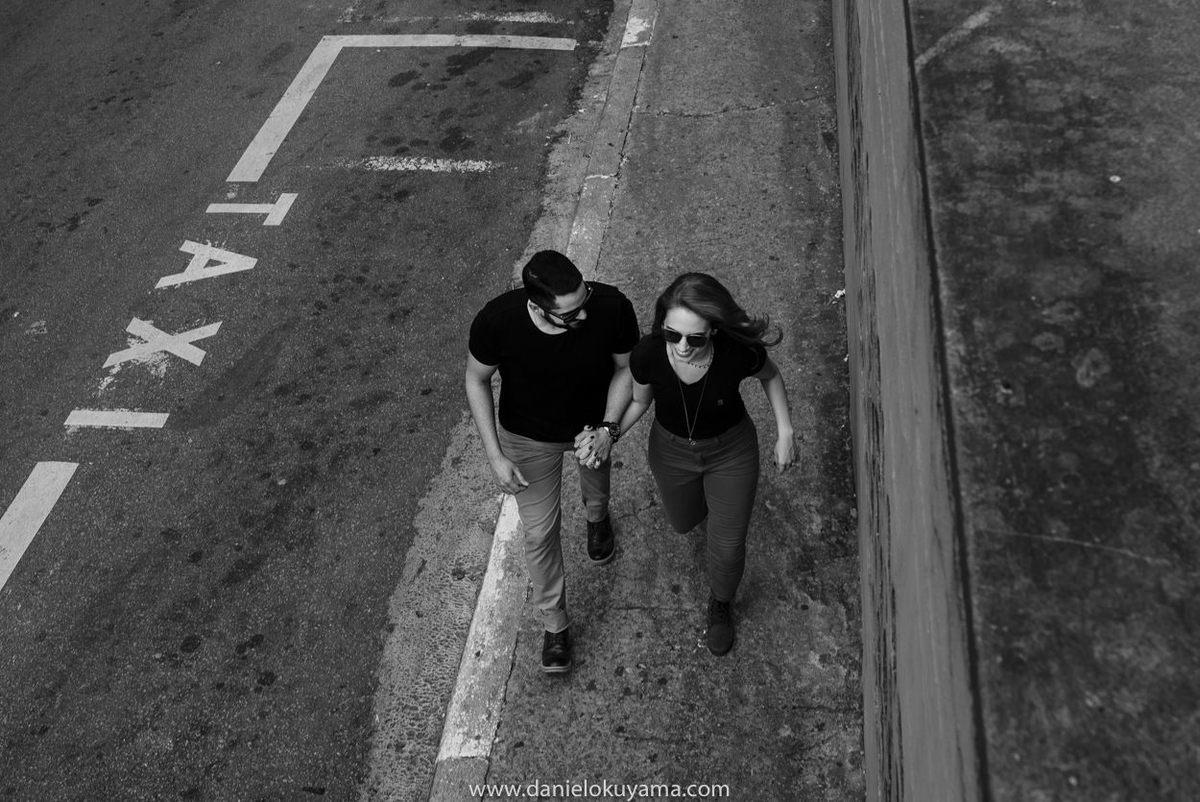 Casal passeando em são paulo durante ensaio fotogreafico na avenida paulista em são paulo