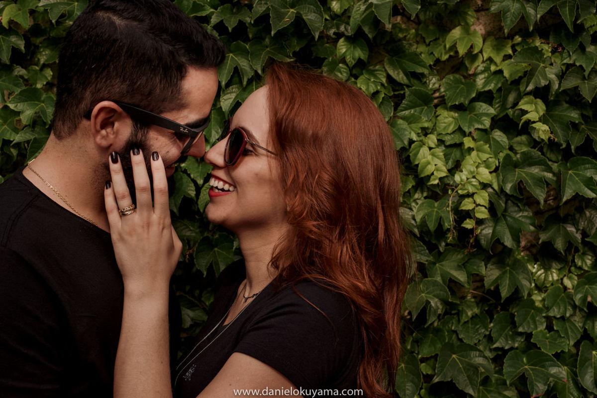Ensaio fotográfico em são paulo - sp casal de oculos escuros, muro de plantas