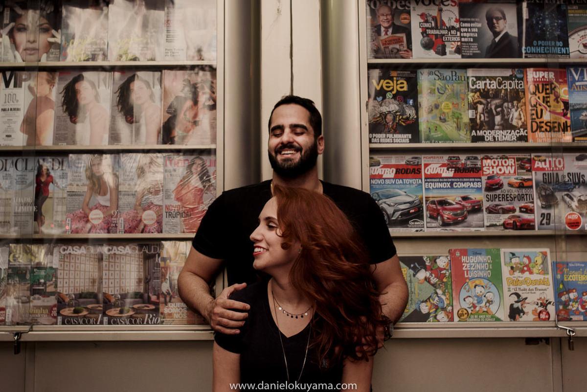 Ensaio pré casamento em são paulo - sp na avenida paulista foto na banca de jornal