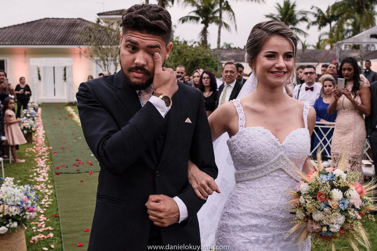 Fotografo de casamento em Santos casamento no Guarujá casamento na praia noivo se emociona com a cerimônia de casamento
