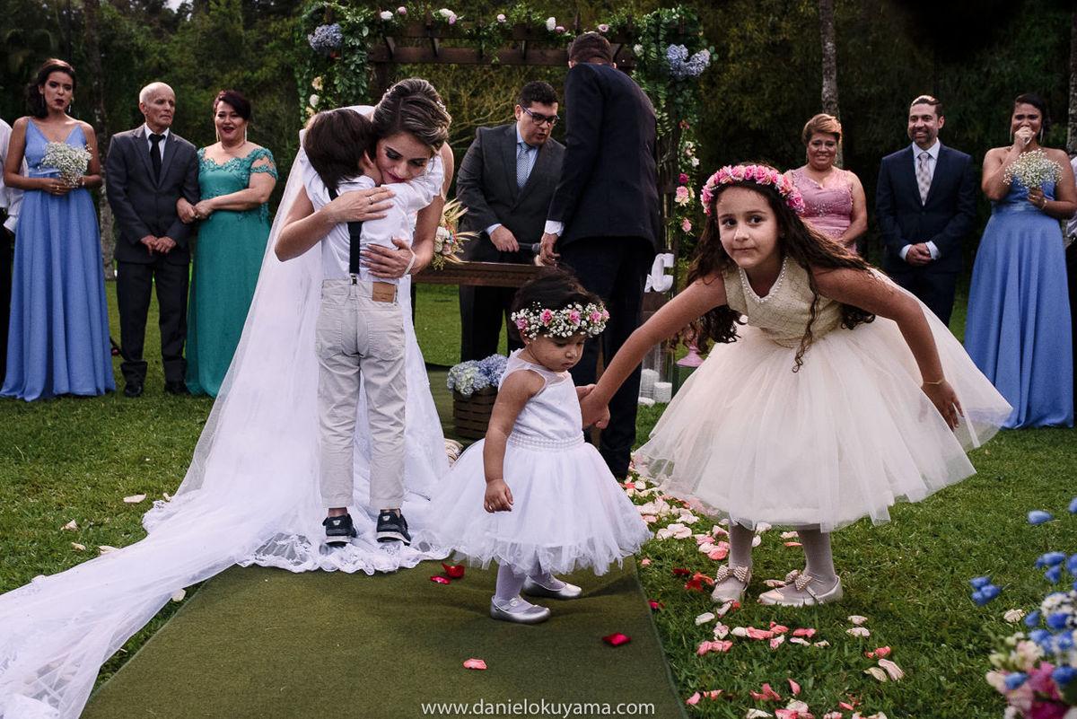 Fotografo de casamento em Santos casamento no Guarujá casamento na praia noiva se emociona ao abraçar daminhas