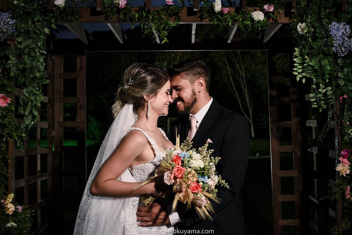 Fotografo de casamento em Santos casamento no Guarujá casamento na praia beijo dos noivos na festa do casamento