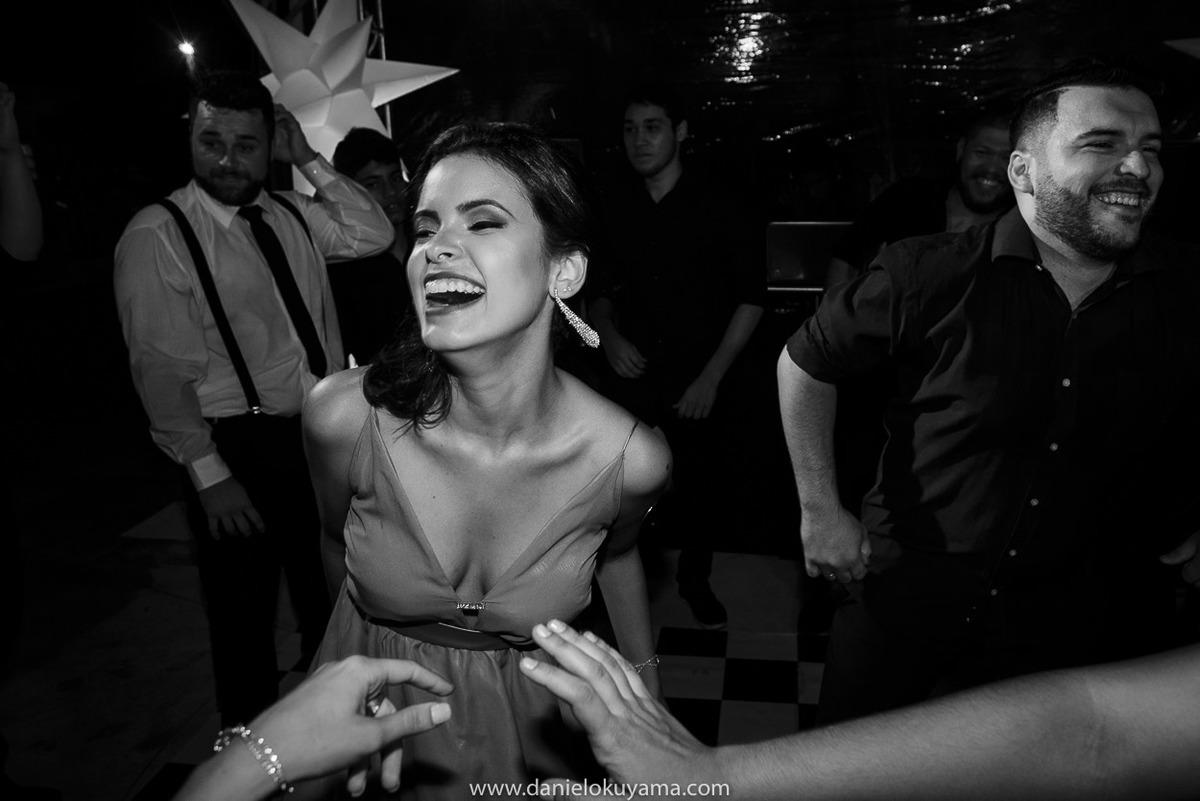 Fotografo de casamento em Santos casamento no Guarujá casamento na praia sorriso de convidada na festa de casamento