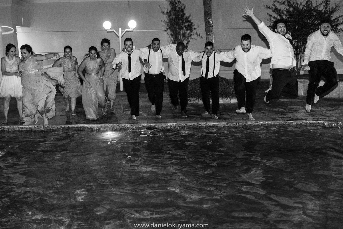 Fotografo de casamento em Santos casamento no Guarujá casamento na praia padrinhos de casamento entram na piscina