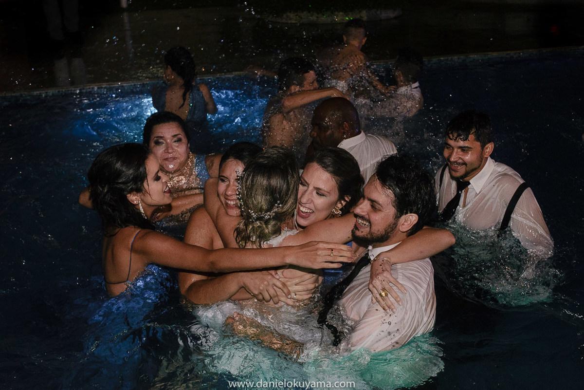 Fotografo de casamento em Santos casamento no Guarujá casamento na praia padrinhos e convidados do casamento se divertem na piscina