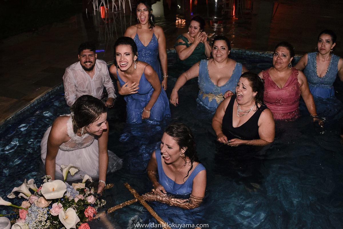 Fotografo de casamento em Santos casamento no Guarujá casamento na praia convidados e noivos caem na piscina no final da festa