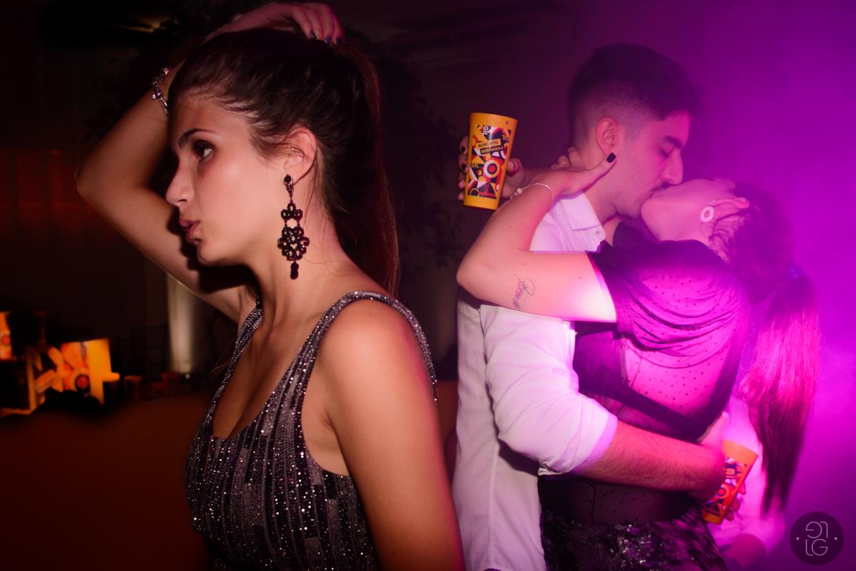 casal-beijando-na-festa