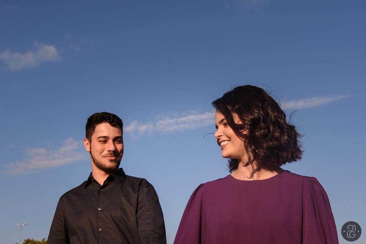 casal-sorrindo-vento