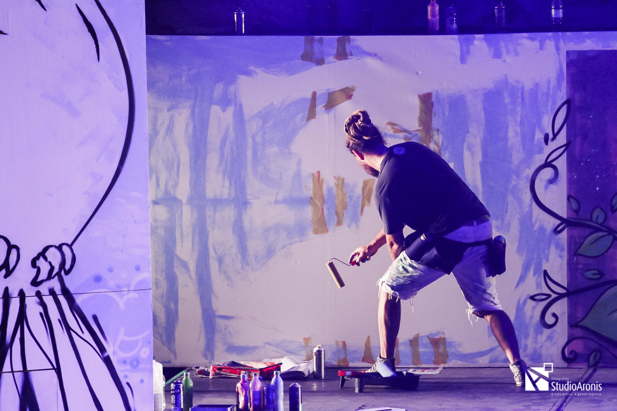 Grafite durante espetáculo de dança colégio israelita brasileiro