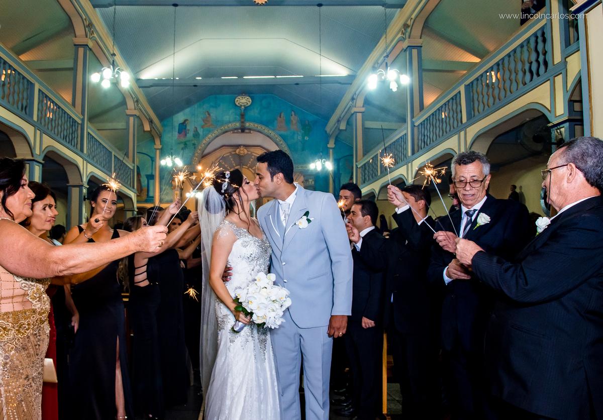 beijo-dos-noivos-casamento-fernanda-e-breno-em-pompeu-mg