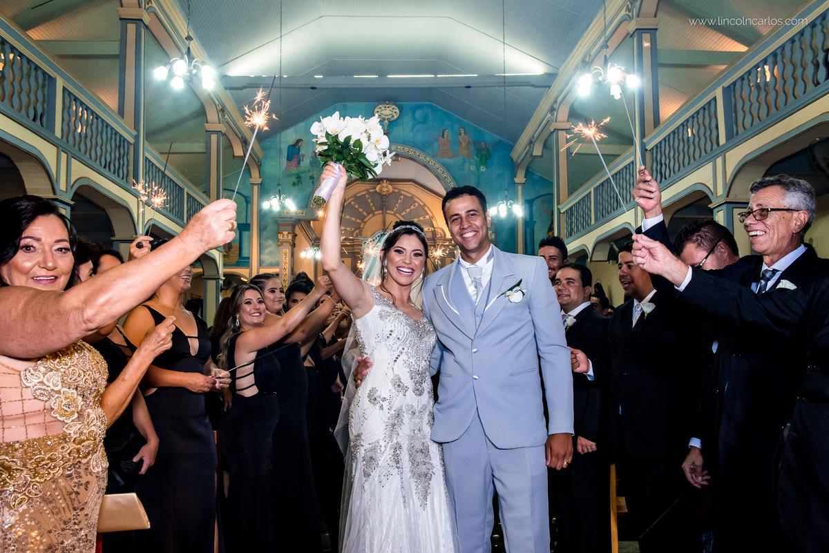 saida-dos-noivos-casamento-fernanda-e-breno-em-pompeu-mg