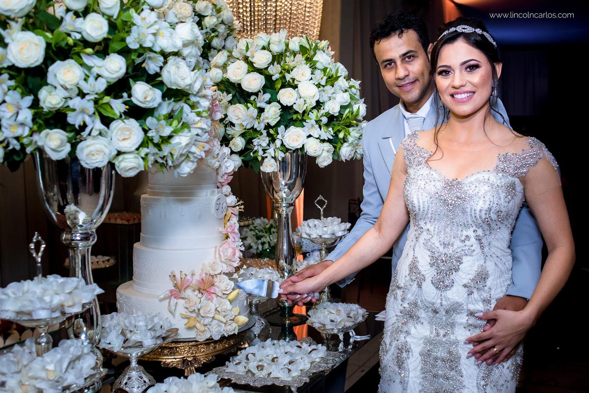festa-de-casamento-noivos-na-mesa-de-bolo-fernanda-e-breno-space-life-em-pompeu-mg
