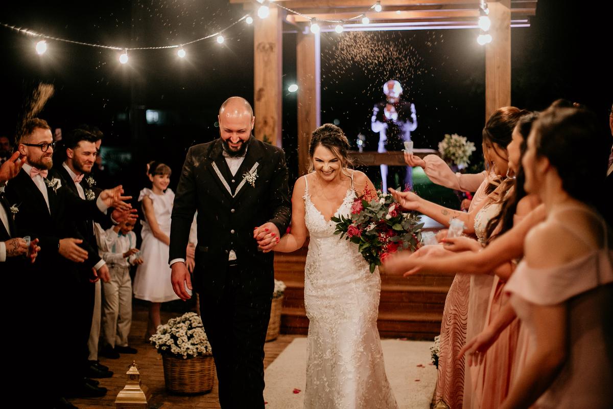 Imagem capa - Substituindo a clássica chuva de arroz no fim da cerimonia de casamento   por diego campos