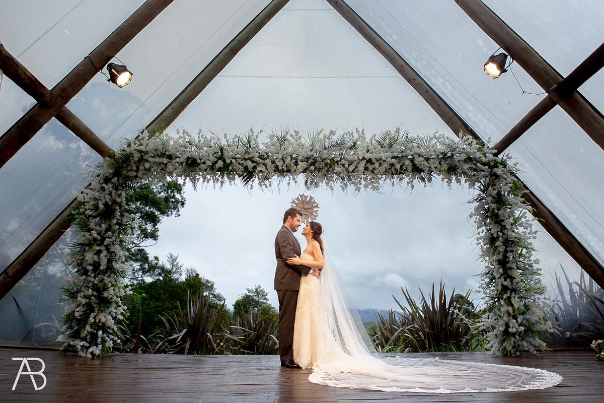 Imagem capa - Fonte Casamentos.com  Votos Matrimoniais-Para-Diferentes-Tipos-De-Cerimonia-Qual-Combina-Com-a-Sua por Alexandre Bozo