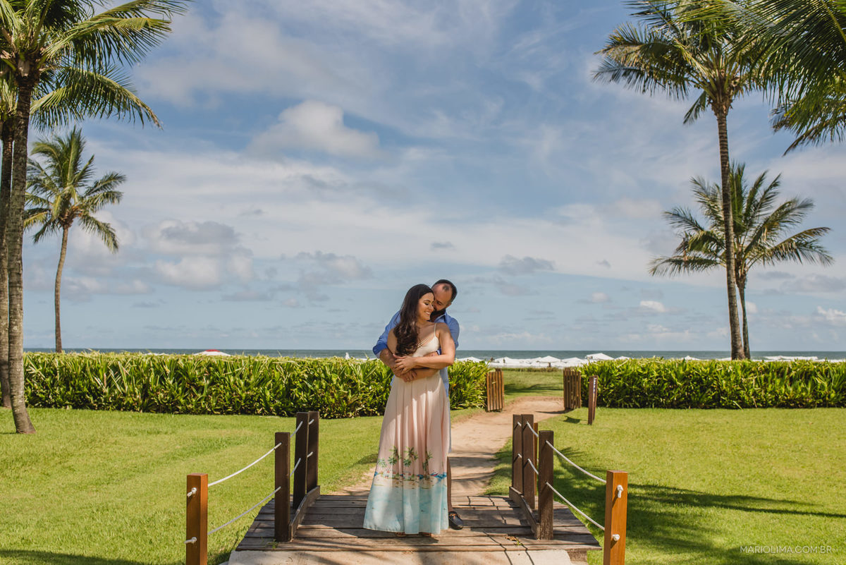 retrato dos noivos abraçados Juliana e Bruno abraçados no ensaio pré-casamento na praia de Riviera