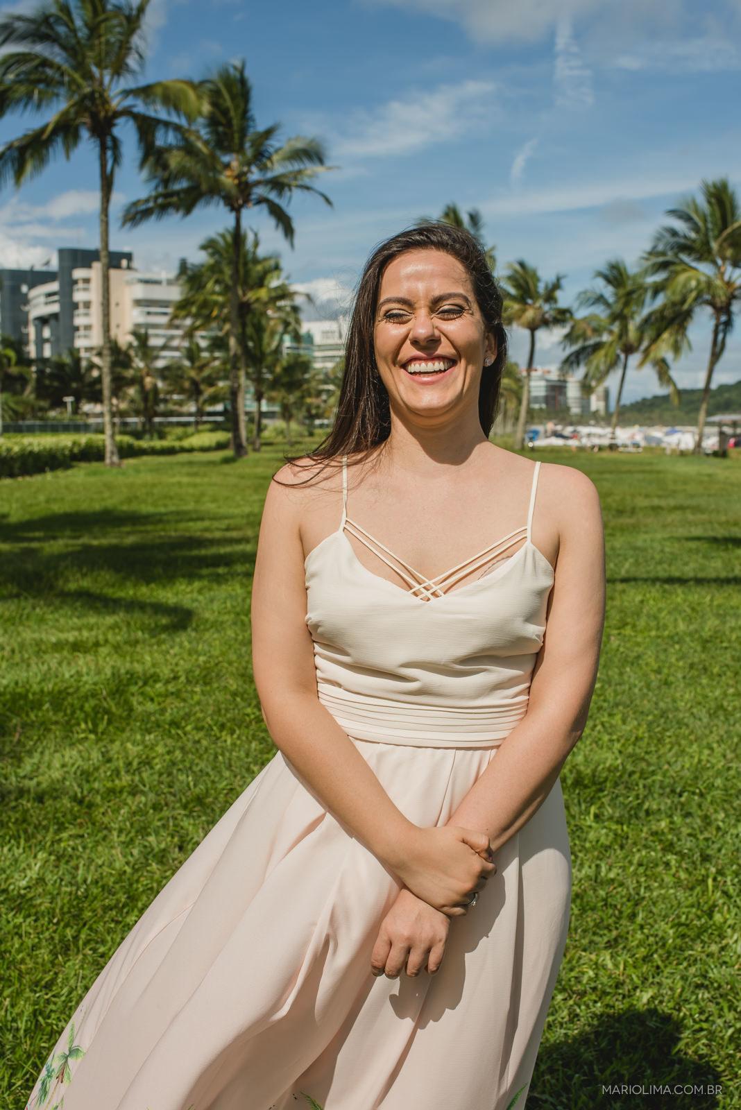 retrato da noiva sorrindo no ensaio pré-casamento na praia de Riviera