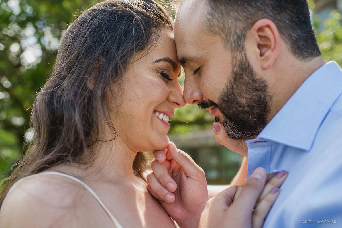 noivos com testas juntas no ensaio pré-casamento na praia de Riviera