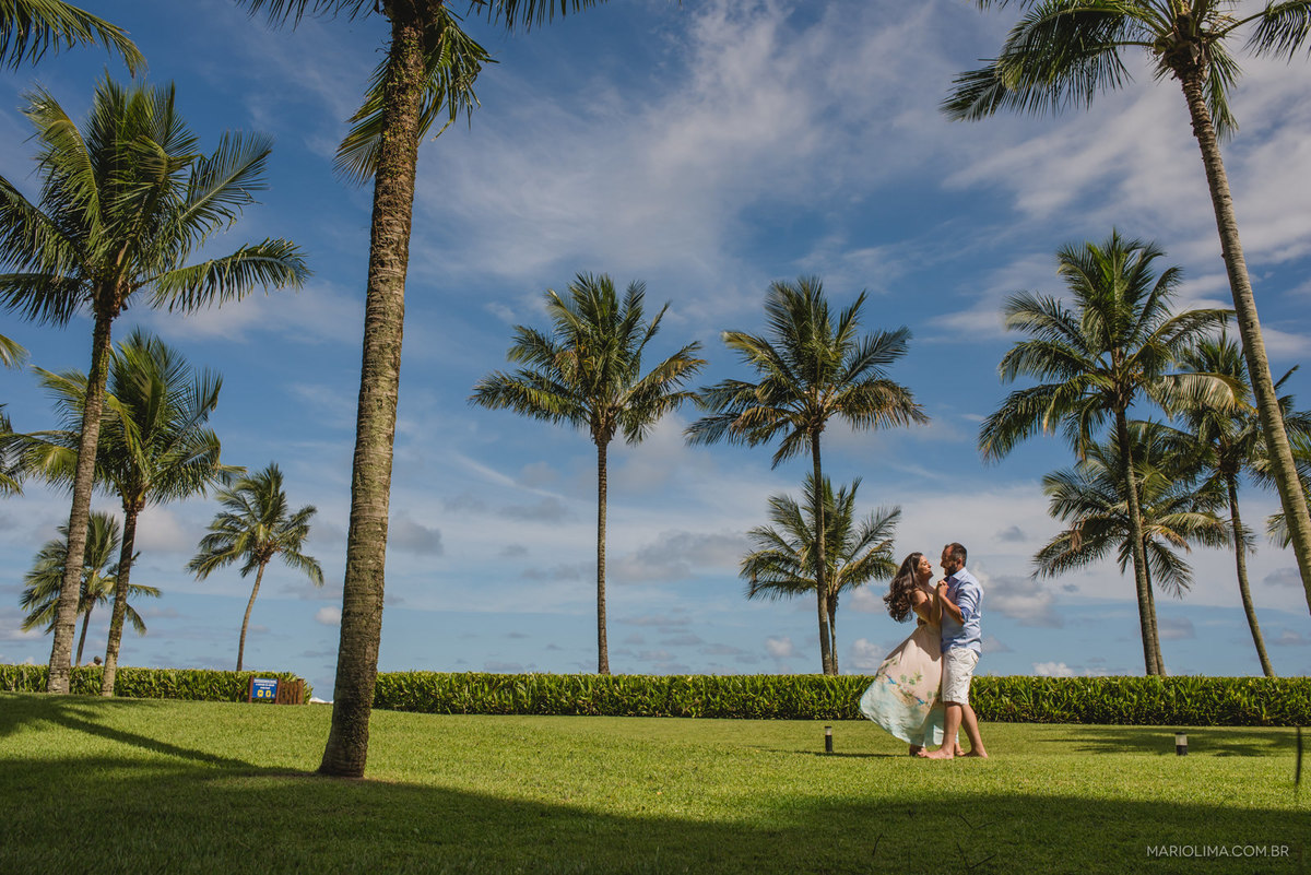 noivos dançando na grama no ensaio pré-casamento na praia de Riviera