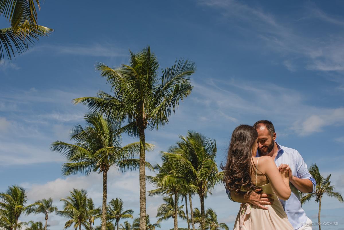 noivos abraçados no ensaio pré-casamento na praia de Riviera