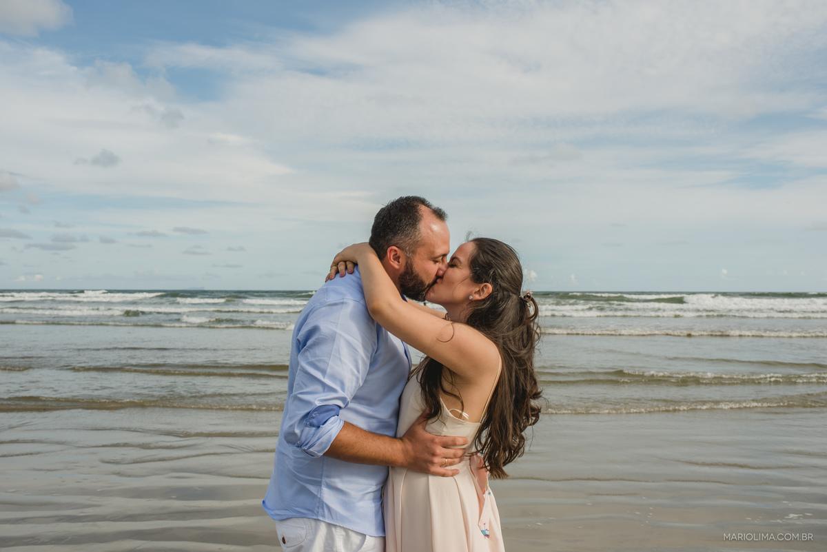 noivos abraçados em frente ao mar no ensaio pré-casamento na praia