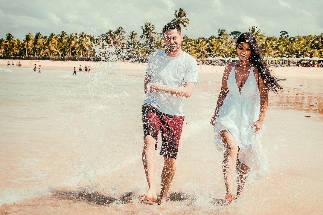 Casal feliz – Ensiao de casal – pré casamento – pre  wedding – ensaio em trancoso – ensaio em porto seguro – fotos em trancoso – casal correndo – ensaio divertido – quadrado trancoso – ensaio na praia
