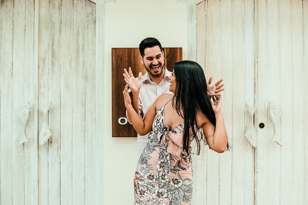 Casal feliz – Ensiao de casal – pré casamento – pre  wedding – ensaio em trancoso – ensaio em porto seguro – fotos em trancoso – casal correndo – ensaio divertido – quadrado trancoso – ensaio na praia – ensaio romântico – noivos