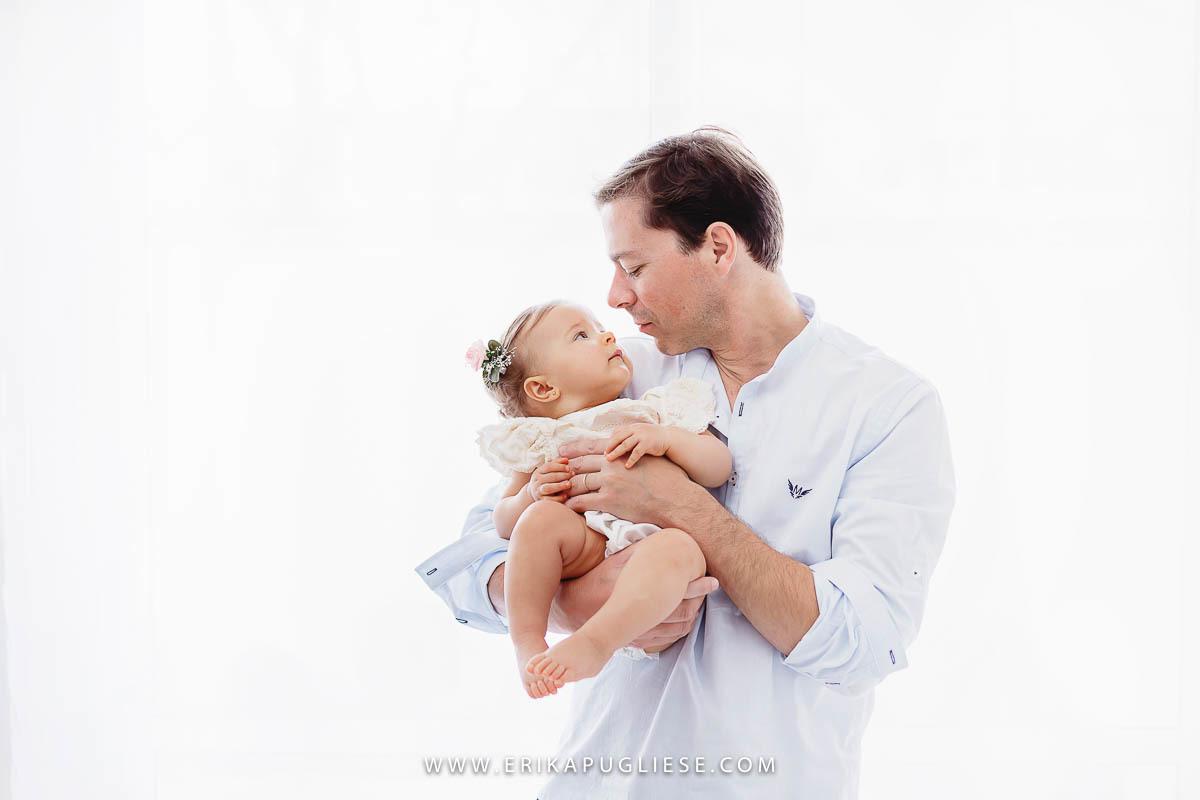 Papai dá toda a atenção ao seu bebê durante o ensaio infantil fotografado por Erika Pugliese