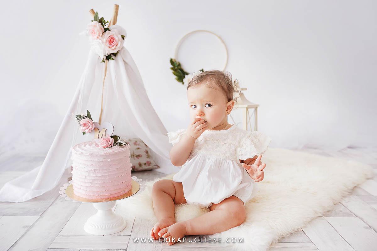 Parece estranho o bebê experimentar um bolo, mas ela gostou do sabor do seu cake smash, no ensaio infantil de aniversário do 1 ano