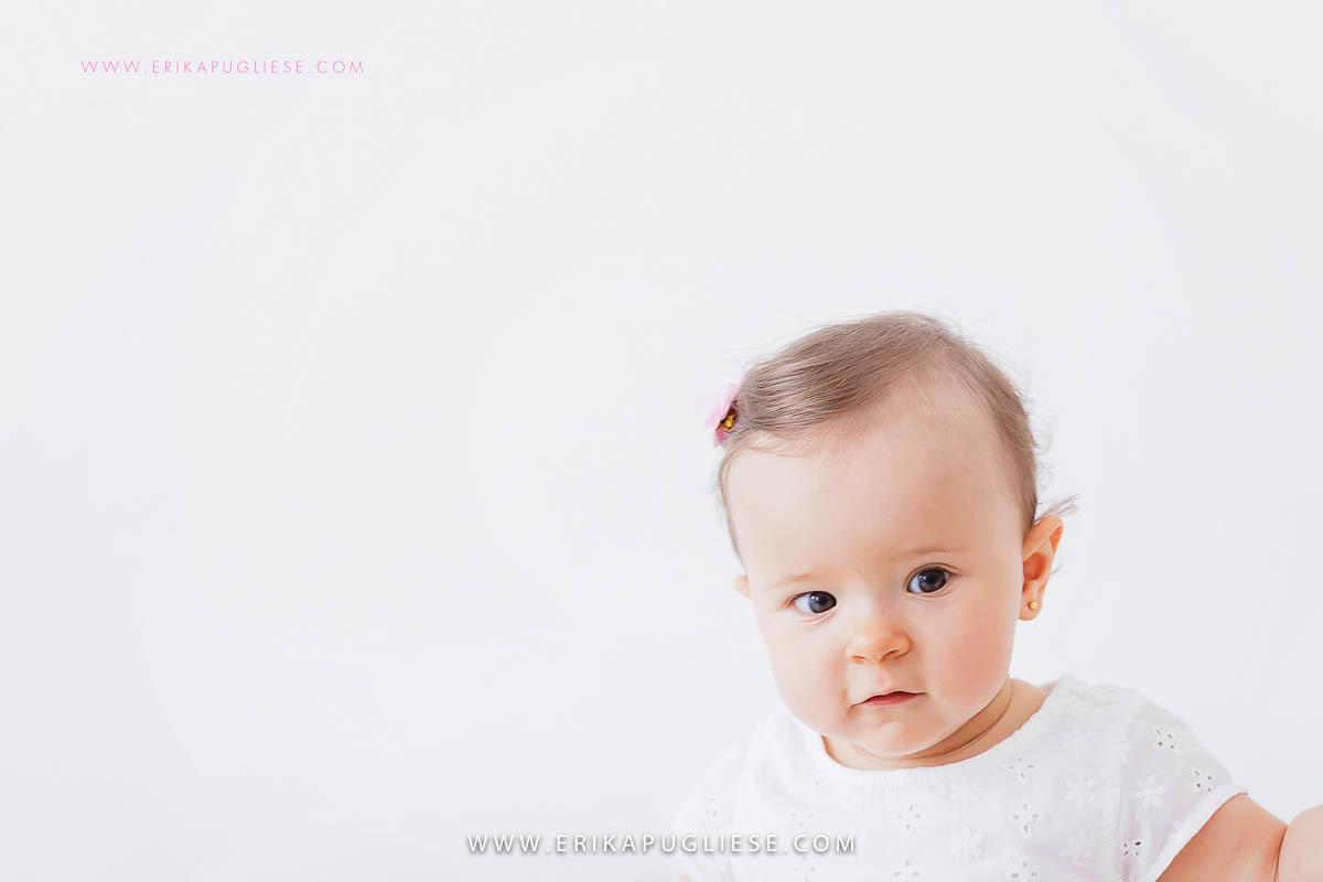 Detalhe do rosto do bebê no ensaio infantil fotografado por Erika Pugliese