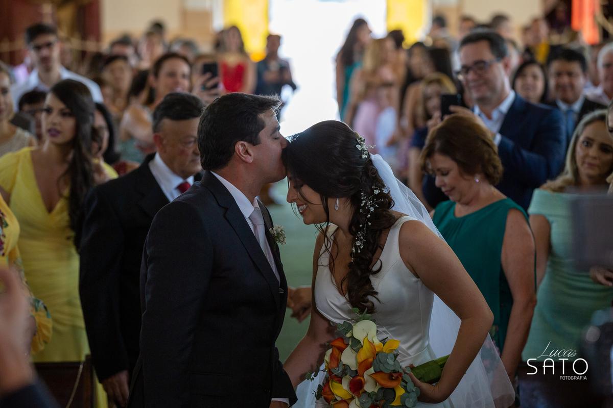 Fotografia do beijo do casamento na cidade de São Gotardo-MG. Igreja matriz de São Sebastião em São Gotardo-MG. #saogotardo #casamento #noivasaogotardo