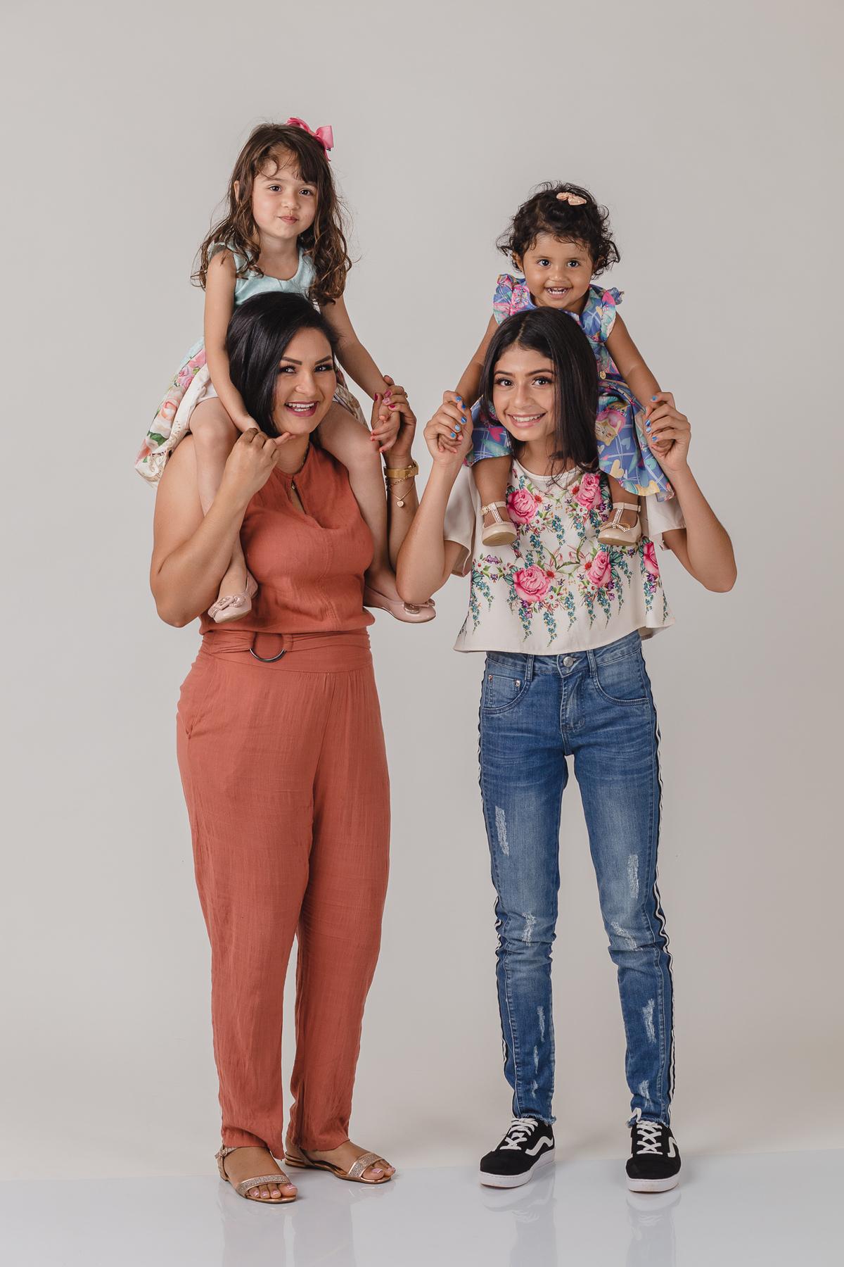 Ensaio de família realizado no estúdio fotográfico em São Gotardo-MG.