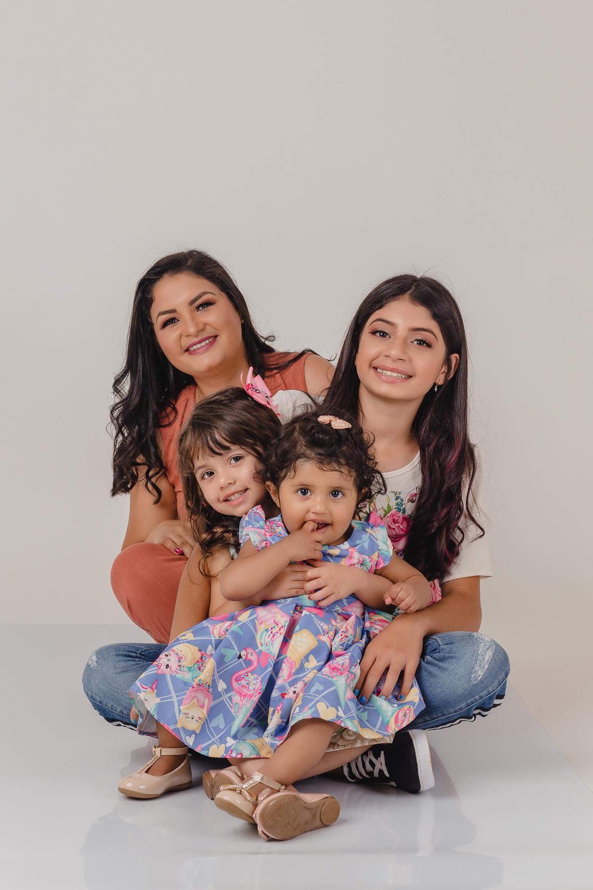 Foto de mãe e filhas no ensaio de dia das mães realizado no Estúdio Lucas Sato-Fotografia.