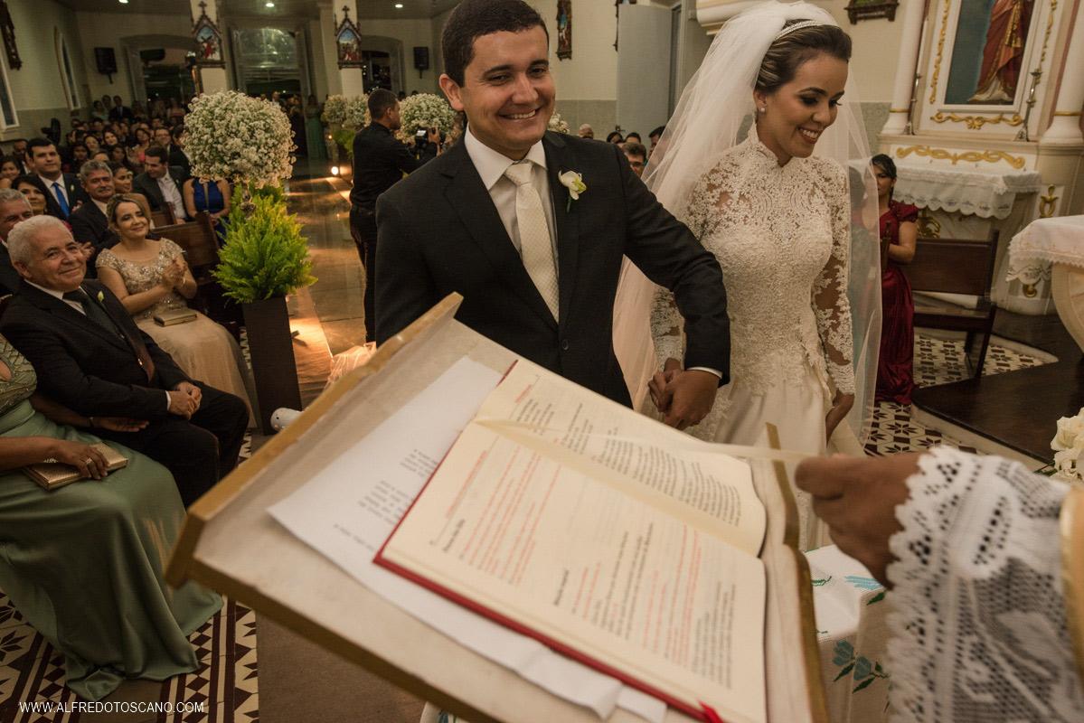noivos sorrindo na cerimonia