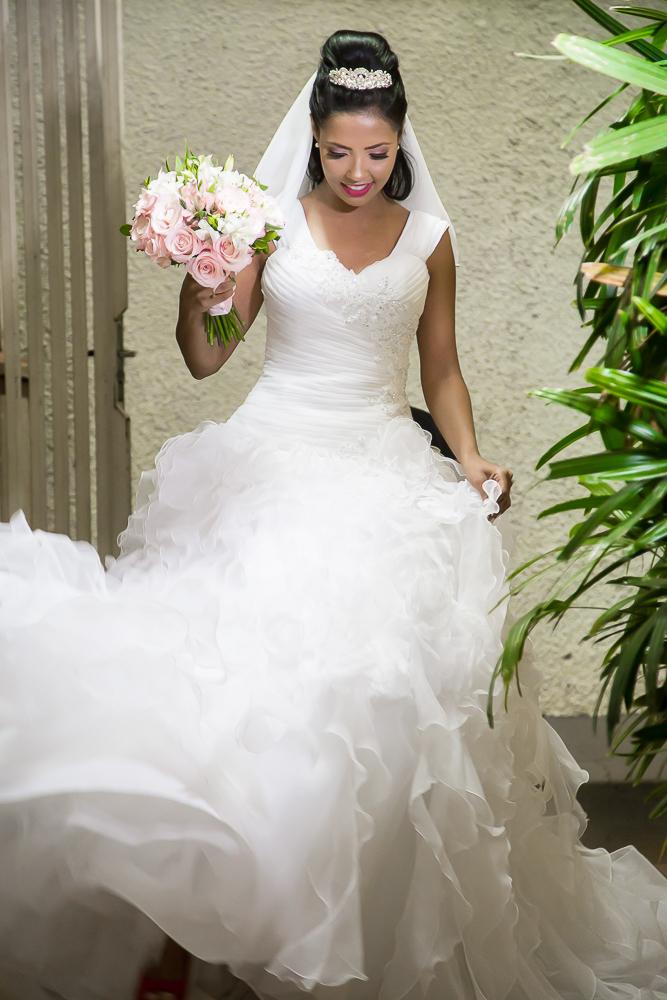 Imagem capa - Comprar ou alugar? Qual a tendência mais interessante para buscar seu vestido de noiva? por Willian Diez