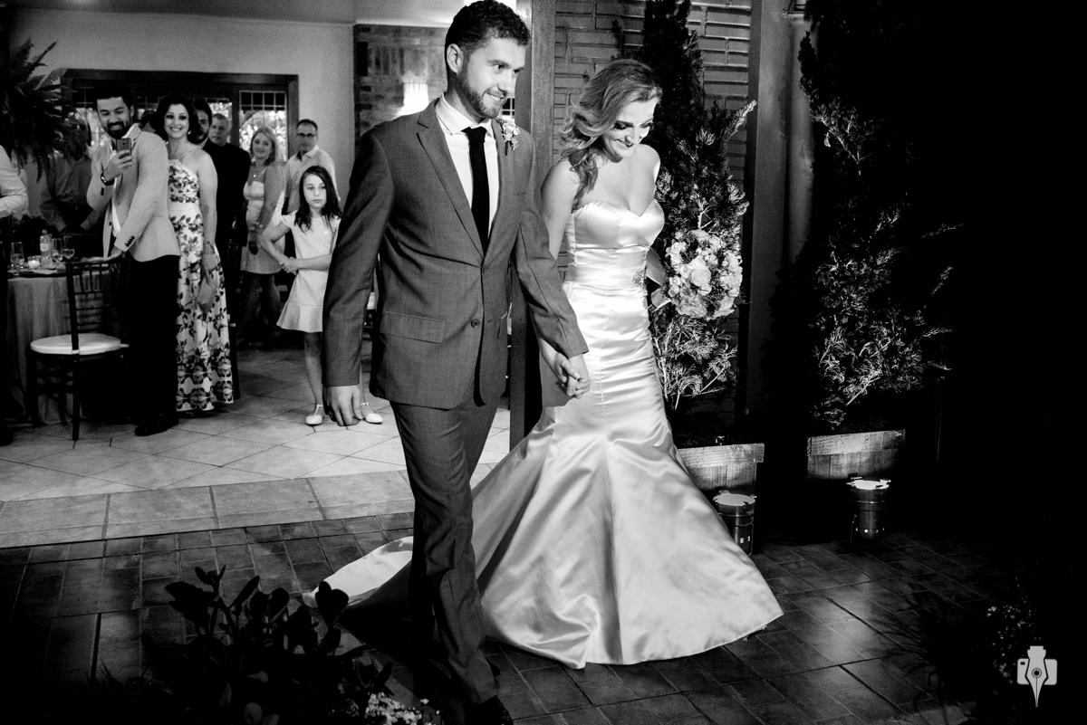 os noivos entram lado a lado para casar