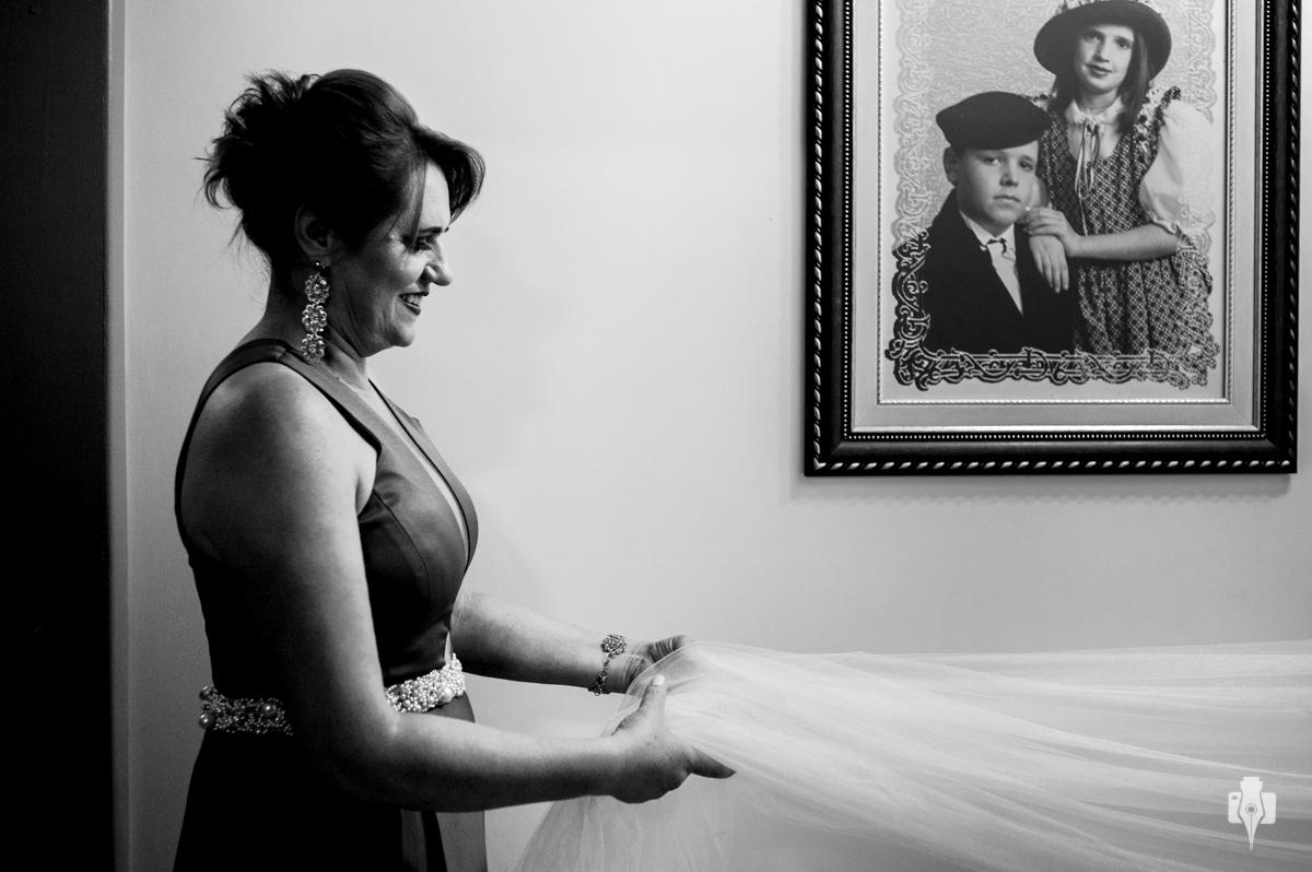 a noiva se vestindo em casa fotos lindas com a familia