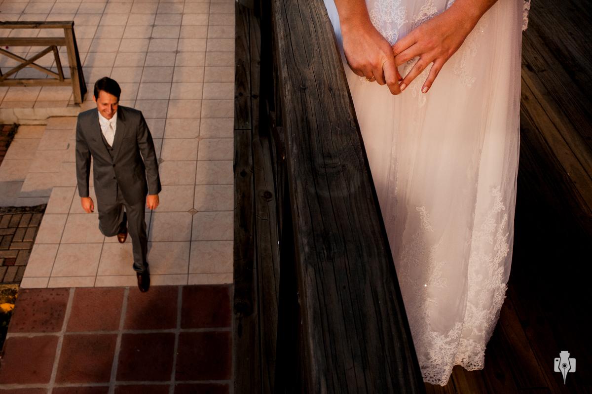 momento muito especial em que os noivos chegam perto mas não se veem
