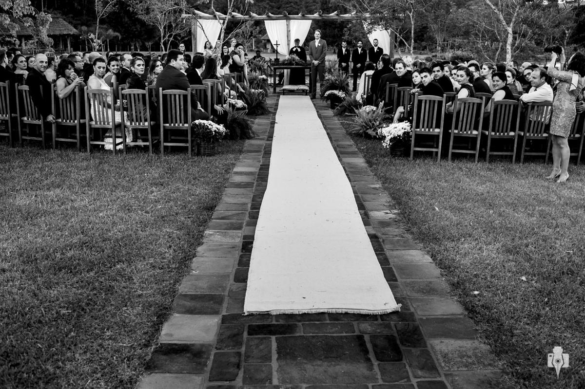 a espera do noivo no casamento no campo, com todos os convidados